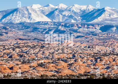 Die versteinerten Dünen der Arches National Park und die La Sal Mountains, Utah, USA. - Stockfoto