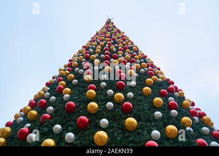 Low Angle Shot von riesigen, breiten, künstlicher Weihnachtsbaum auf dem Marktplatz von Sibiu, Rumänien, im Jahr 2019. - Stockfoto
