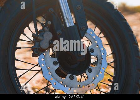 Im alten Stil speichen Motorrad Rad mit Scheibenbremsen - Stockfoto