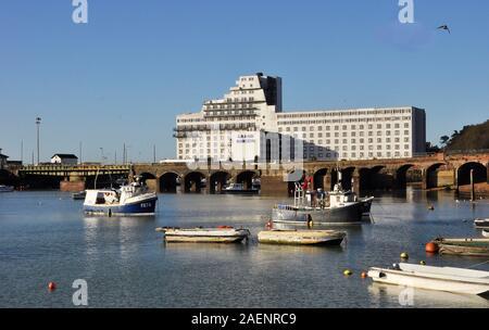 Folkestone Hafen mit Fischerbooten, Gezeiten in. Das Hotel sieht aus wie ein Ozeandampfer. Kent UK - Stockfoto