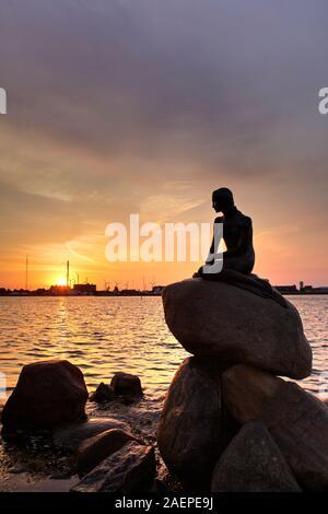 Statue der Meerjungfrau im Langelinie bei Sonnenaufgang, Kopenhagen, Dänemark - Stockfoto