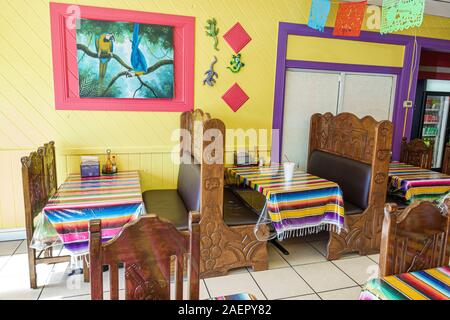 Florida Indiantown Florida Indiantown La Mexicana Restaurante Restaurant Interieur traditionell Dekor Stände mexikanische ethnische Küche bunte Tischdecken pa