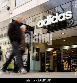 LONDON, Großbritannien - 23 November 2011: Adidas Sport Shop. Anonyme Käufer vorbei gehen. Die adidas Sport Händler auf dem Londoner Oxford Street. - Stockfoto