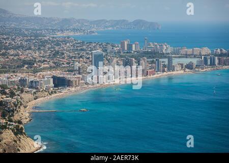 Schöne super-Weitwinkel Luftaufnahme von Calpe, Moraira, Spanien mit Hafen und Skyline, Penon de Ifach, den Strand und die Landschaft ausserhalb der Stadt, gesehen - Stockfoto