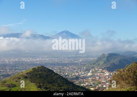Der Vulkan Teide vom Mirador Cruz del Carmen im Norden der Insel Teneriffa gesehen - Stockfoto