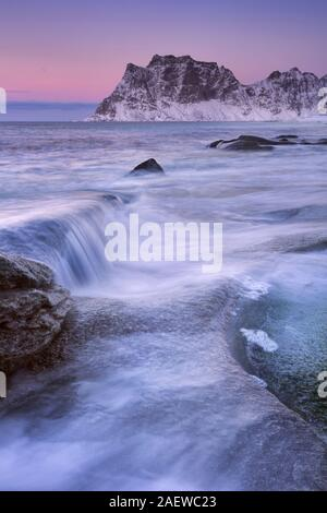 Uttakleiv Strand auf den Lofoten in Nord-Norwegen in der Dämmerung im Winter. - Stockfoto