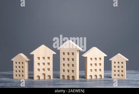 Reihe von holzfiguren von Wohngebäuden. Günstige komfortable Gehäuse. Suche Kauf beste Option Wohnung und Immobilien, Miete und Verkauf. - Stockfoto