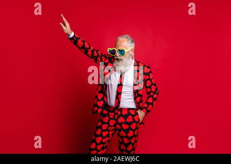 Porträt Seiner er schöne attraktive funky weißhaarige Kerl hipster tragen Thema Kostüm grosse Große specs dab bewegen Spaß clubbing auf isolierte - Stockfoto