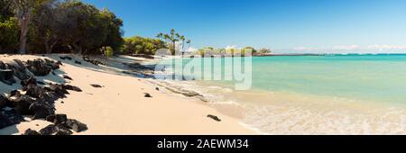 Maiahula Beach auf Big Island Hawaii, USA, einem herrlichen weißen Sandstrand mit türkisfarbenem Wasser und Palmen. - Stockfoto