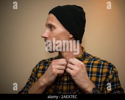 Mann trägt kariertes Hemd Stockfoto, Bild: 54528429 Alamy