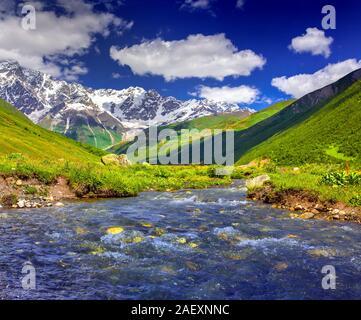Fantastische Landschaft mit einem blauen Fluss in den Bergen. Obere Swanetien, Georgien, Europa. Kaukasus Berge. - Stockfoto