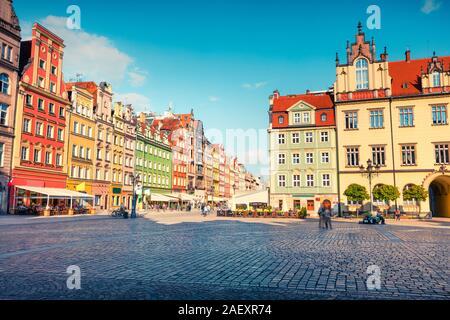 Bunte morgen Szene auf Breslauer Marktplatz. Sonnige Stadtbild in der historischen Hauptstadt von Schlesien mit schönen alten Häusern, Polen, Europa. Künstlerische - Stockfoto