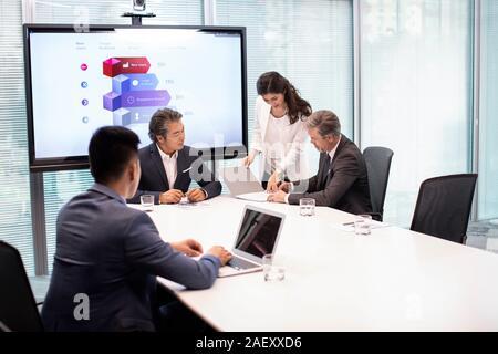 Geschäft Leute unterzeichnen Vertrag in Konferenzraum - Stockfoto