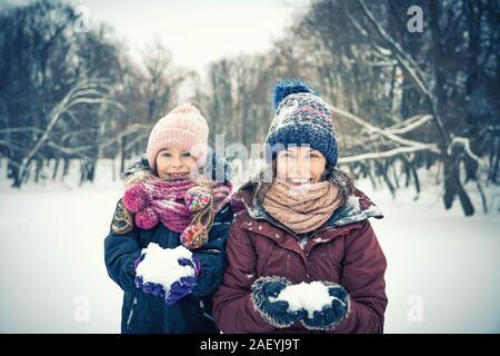 Mutter und Tochter spielen in Winter Park - Stockfoto