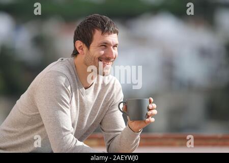 Glückliche Menschen, die Kaffee Tasse Betrachtung Blick sitzen draußen in einer Stadt an einem sonnigen Tag - Stockfoto