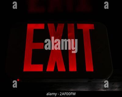 Eine helle rote 'EXIT'-Schild. - Stockfoto