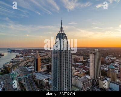 Downtown Mobile, Alabama Skyline am Wasser bei Sonnenuntergang im November 2019 - Stockfoto