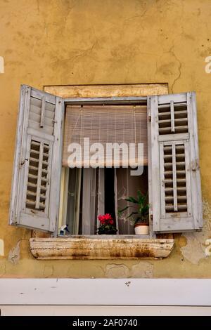 Alte, offene Fenster mit Fensterläden und roten Blume, historischen Stadt Rovinj, Istrien, Kroatien - Stockfoto