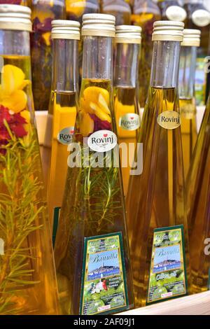Anzeige von Olivenöl Flaschen in Rovinj, Rovinj in Istrien, Kroatien. Eine lokale Spezialität. - Stockfoto