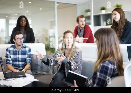 Juni 30 2020- Bürotreffen mit sechs Personen bringen neue Ideen an ihrem Arbeitsplatz in Vancouver, BC Kanada - Stockfoto