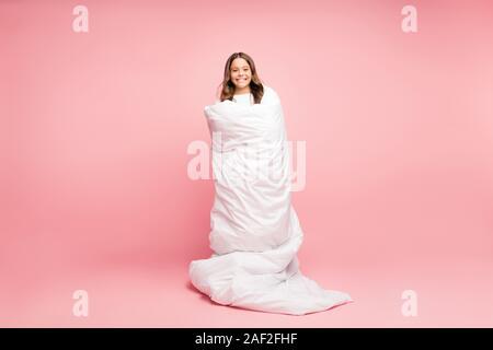 Volle Länge Körper Größe Blick von ihr, daß sie schöne attraktive süß Heiter Heiter welligen Haaren vor - jugendlich Mädchen stehen in weiche, weiße Decke eingewickelt abgedeckt - Stockfoto