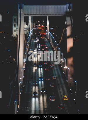 Datenverkehr über eine hängende Kabel Brücke fahren bei Nacht in Budapest Rumänien - Stockfoto