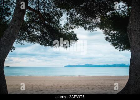 Leere klare Strand im Herbst morgen. Depression, Trauer, Melancholie Konzept Foto - Stockfoto