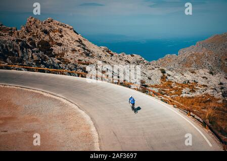 Mann Fahrt auf dem Fahrrad in berühmten Sa Calobra Klettern auf Mallorca. Original sport wallpaper - Stockfoto