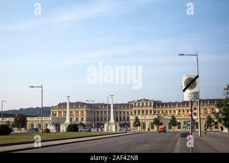 Wien, Österreich - 23 August, 2019: Schloss Schönbrunn, deutsch: Schloss Schonbrun, barocke Sommerresidenz der Habsburger Monarchen in Hietzing, Wien Aus - Stockfoto