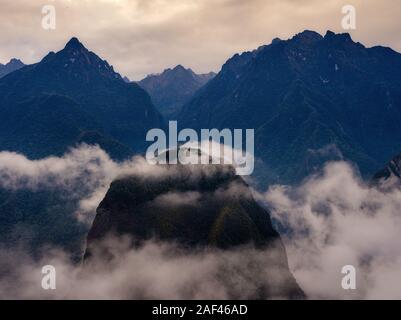 MACHU PICCHU, PERU - ca. September 2019: Blick auf die Berge und Nebel um Machu Picchu in Peru. - Stockfoto
