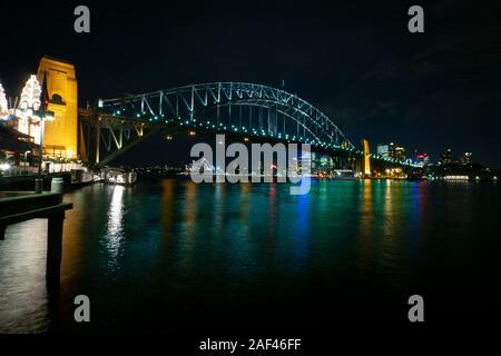 Die Sydney Harbour Bridge und die Oper bei Nacht, vom North Shore, Sydney, Australien - Stockfoto