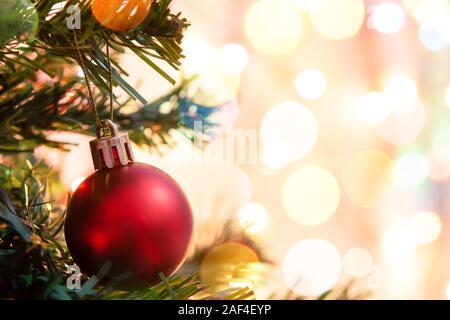 Weihnachtsdekoration. Hängende rote Kugeln auf pine Zweige Weihnachtsbaum-Girlande und Ornamente über abstrakte bokeh Hintergrund mit Kopie Raum - Stockfoto