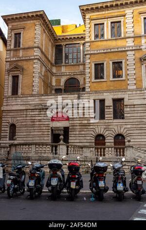 Rom, Italien, 25. November 2017: Die Piccola Farnesina, Sitz des Museo di Scultura Barracco Antica oder Barracco Museum der antiken Skulptur mit geparkt - Stockfoto