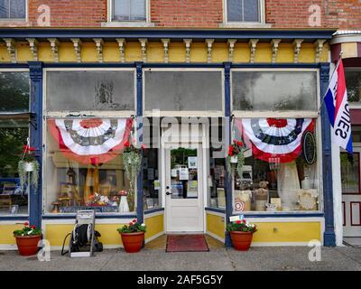 FINGER LAKES, NY, USA - Mai 2019: malerische Altstädte in der Finger Lakes Region alten Hauptstraße Schaufenster, oft für antiken Geschäften erhalten. - Stockfoto
