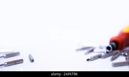 Schraubendreher und Schrauben auf weißem Hintergrund - Stockfoto