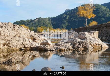 Spanien, Landschaft in das Reservoir von Boadella mit einen niedrigen Wasserstand, Katalonien, Girona, Provinz, Alt Emporda - Stockfoto