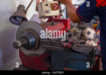 Mechaniker mann Reparatur Bremse benutzt Drehstahl polieren Scheibenbremsen von Autos für automatische - Stockfoto