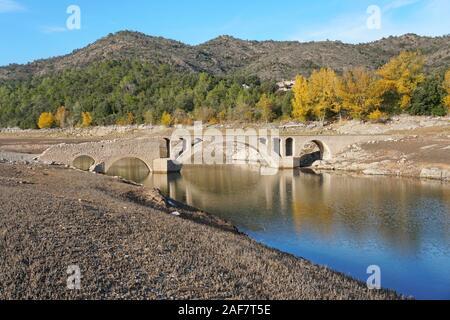 Spanien, eine alte steinerne Brücke in das Reservoir von Boadella mit einen niedrigen Wasserstand, Katalonien, Girona, Provinz, Alt Emporda - Stockfoto
