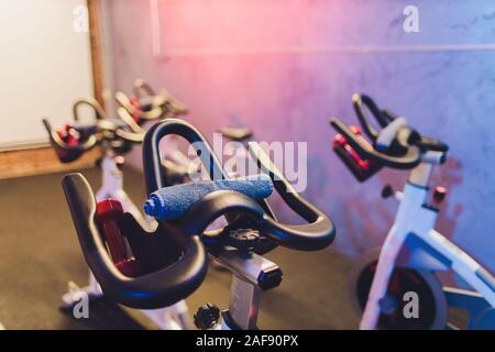 Gesunder Lebensstil Konzept. Die Spinnerei Klasse mit leeren Bikes. Fitness, Sport, Training - Stockfoto