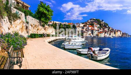 Schönen Sibenik Altstadt, mit traditionellen Häusern, die Burg und das Meer, Kroatien. - Stockfoto