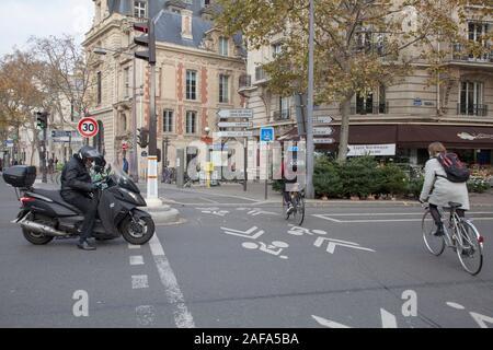 Radfahrer auf einem markierten Zyklus nur Lane in das Stadtzentrum von Paris - Stockfoto