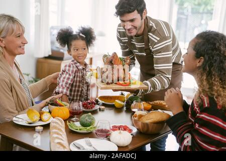 Glückliche Familie feiert Thanksgiving Abendessen zu Hause. Feier tradition Konzept - Stockfoto