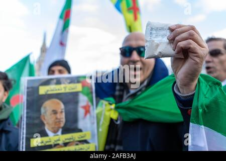 Trafalgar Square, London, UK. 14 Dez, 2019. Algerische Bürger protestieren gegen algerische Präsident, Abdelmadjid Tebboune. Einige wave Beutel weißes Puder, um Kokain zu sein. Tebboune's Sohn, Khaled, wurde mit angeblichen Kriminellen in den Schmuggel von 700 Kilogramm Kokain zu einem Algerien berechnet letztes Jahr verbunden. Penelope Barritt/Alamy leben Nachrichten - Stockfoto