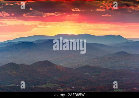 Blick von Brasstown Bald, Georgia, USA der Blue Ridge Mountains im Herbst in der Abenddämmerung. - Stockfoto