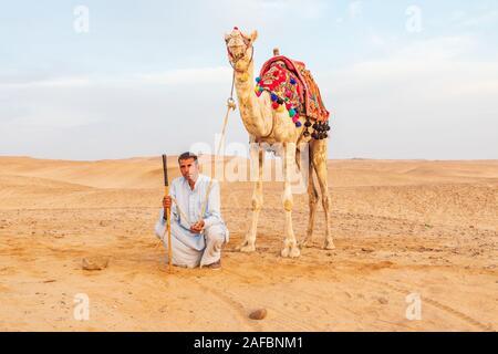 Afrika, Ägypten, Kairo. Giza Plateau. Oktober 3, 2018. Kamel Fahrer mit Kamel in der Nähe der Pyramiden von Gizeh. - Stockfoto