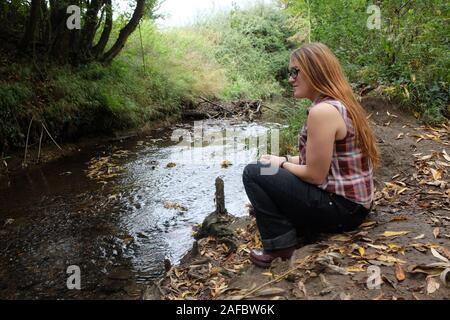 Oktober 2018 - Trauriges Mädchen Modellierung neben einem Fluss in Gloucestershire - Stockfoto