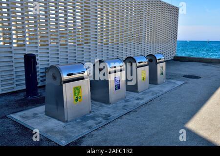Reihe von u-kommunalen Müll und Recycling bins Rovinj, Istrien, Kroatien - Stockfoto