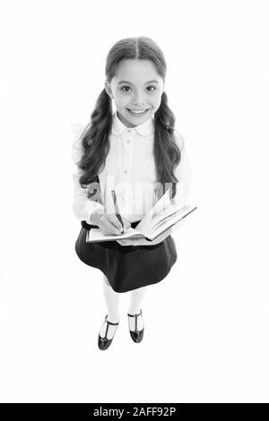 Essay zu schreiben. Mädchen mit Buch oder Arbeitsmappe kopieren. Kid perfekte Schüler mit Hausaufgaben fertig. Schule Mädchen ausgezeichneter Schüler bereit, Essay oder in der schule Projekt. Schulmädchen tragen Schuluniform. Kenntnisse täglich. - Stockfoto