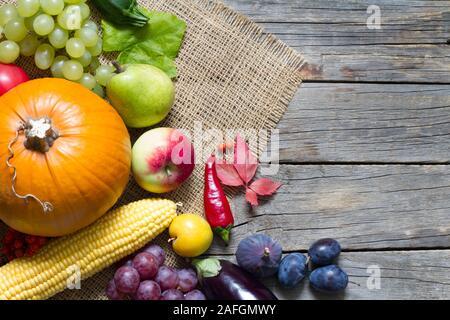 Kürbis mit Herbst Gemüse und Früchte auf vintage Boards - Stockfoto