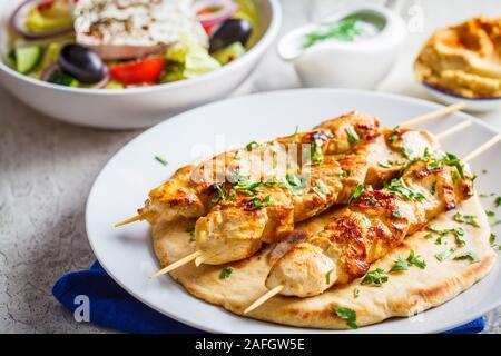 Gegrilltes Hähnchen souvlaki auf einem weißen Teller. Traditionelle griechische Küche Konzept.